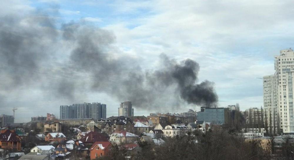 В центре Киева загорелась стройка:  черный дым затянул небо
