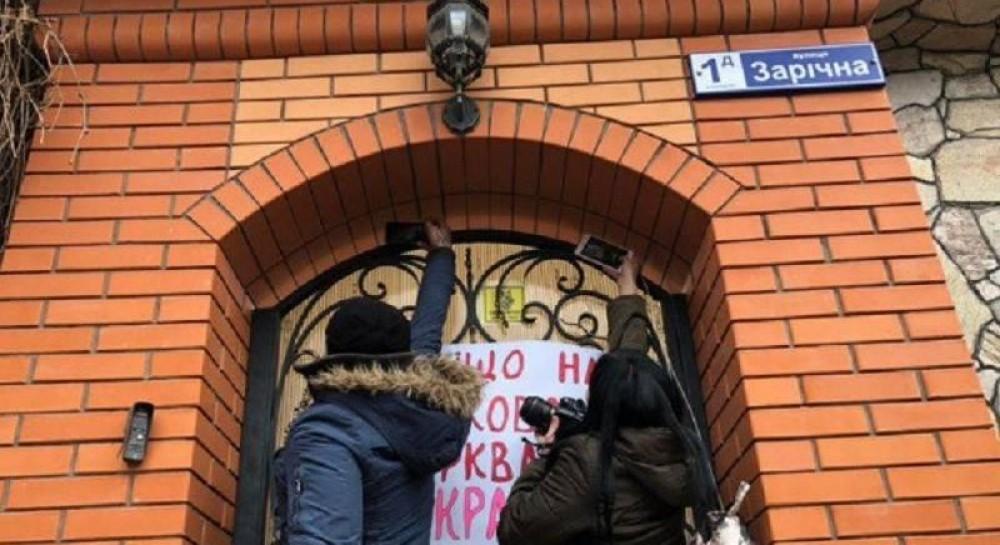 На Днепропетровщине сторонники автокефалии штурмовали резиденцию митрополита УПЦ МП