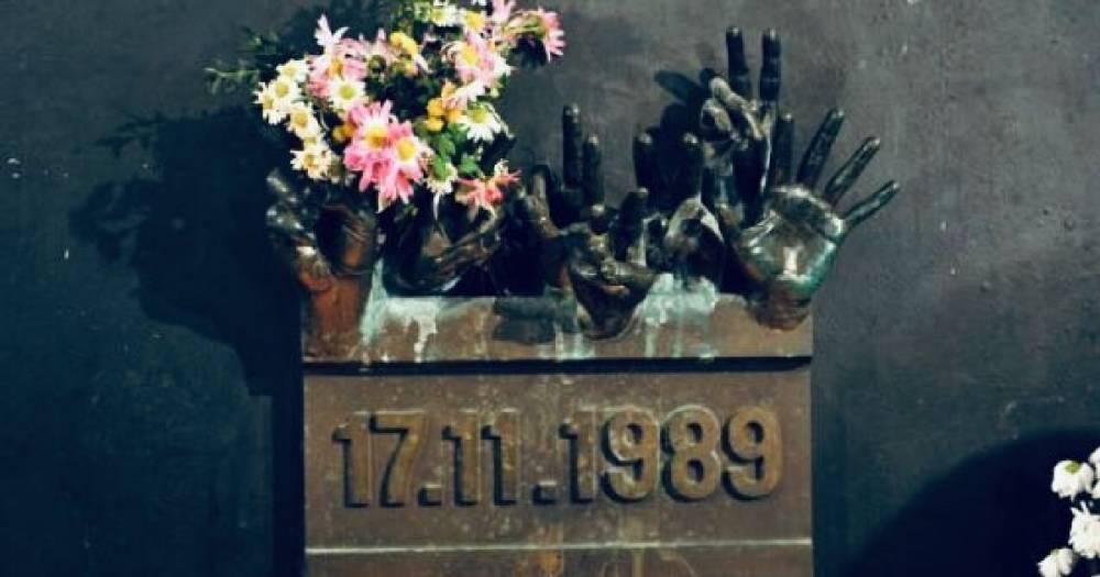 В Чехии букет премьер-министра у мемориала выбросили в мусорное ведро