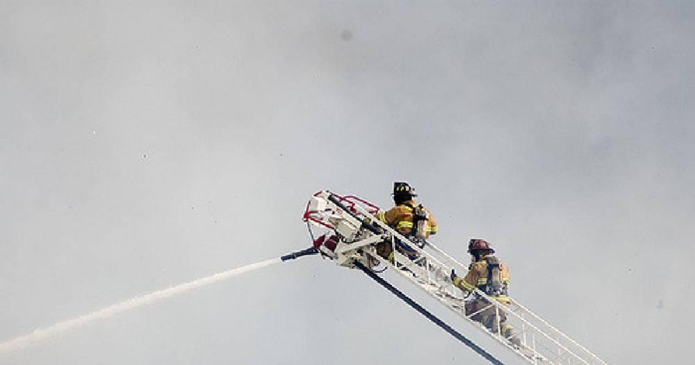 В Киеве пожарная машина провалилась в асфальт по дороге на вызов — видео