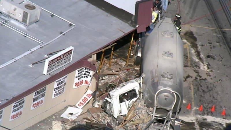 В Нью-Джерси грузовик врезался в магазин, снеся полздания: пострадали 5 человек
