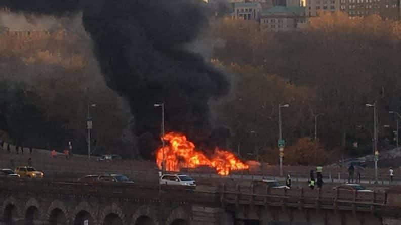 Три автомобиля загорелись в результате аварии на Brooklyn Bridge: 1 погибший, 5 раненых