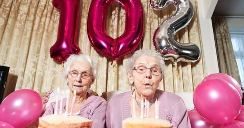 Старейшие близнецы Великобритании отметили 102-летие и открыли секреты долголетия