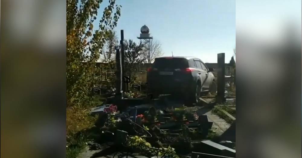 """""""Побойтесь Бога"""". Священник на джипе сбил десять надгробий на Украине — видео"""
