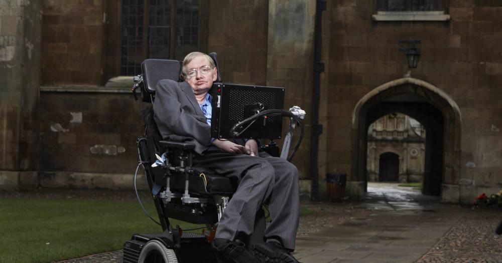 Инвалидное кресло и диссертацию Стивена Хокинга продали на аукционе за $1 млн