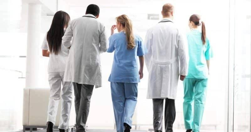 """Сотрудники NHS будут обращаться к пациентам """"они"""", чтобы не обидеть трансгендеров"""