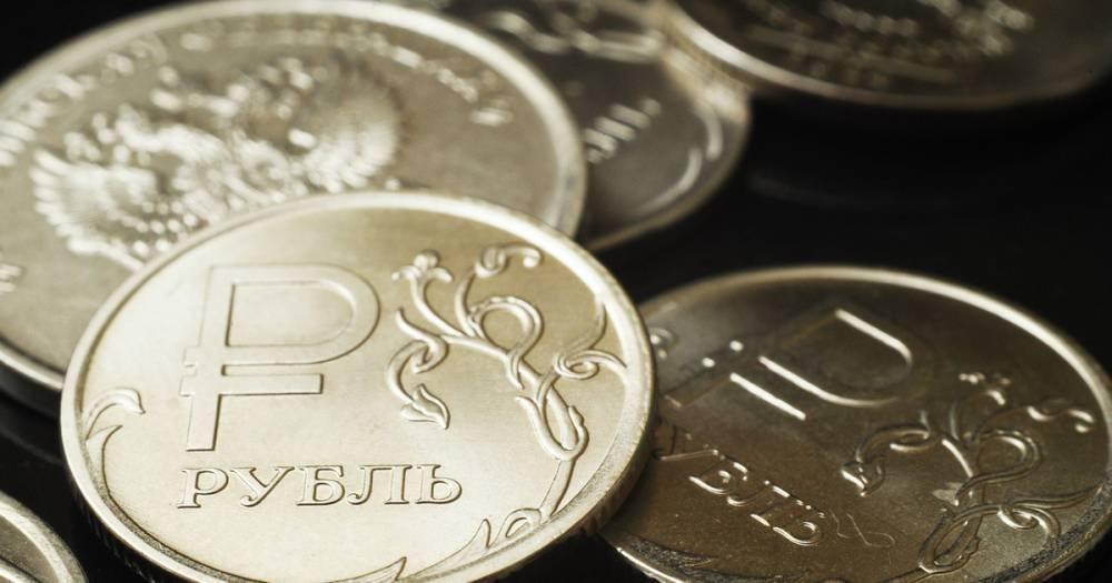 За год российский рубль подешевел к доллару на 17,5%