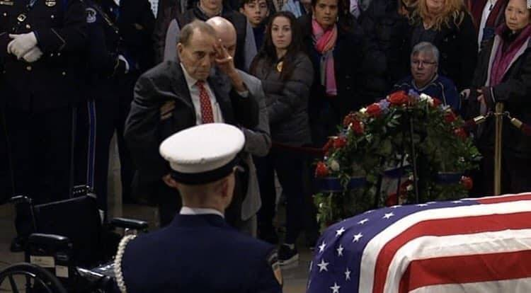 95-летний Боб Доул попрощался с Джорджем Бушем в Капитолии