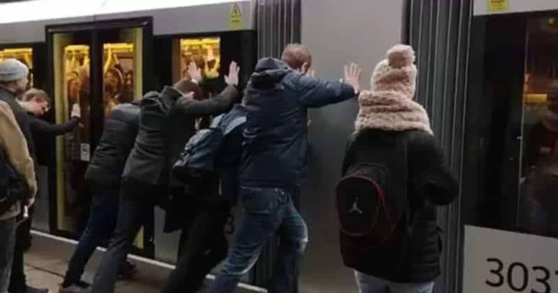 В Манчестере пассажирам пришлось толкать трамвай, чтобы уехать на работу (видео)