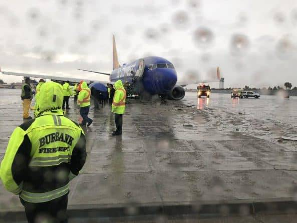Аэробус выкатился за пределы полосы в аэропорту Голливуда