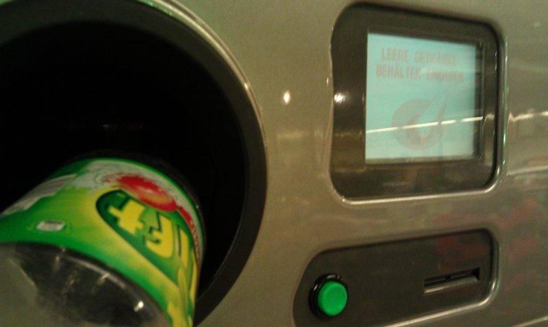 Мужчина с помощью пластиковой бутылки украл из автомата €45 тыс.