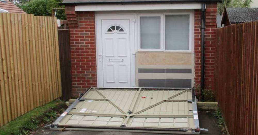 Семейная пара спрятала жилое помещение за фальшивыми гаражными дверями