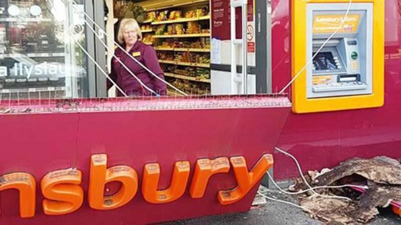 Вывеска супермаркета Sainsbury's упала женщине на голову