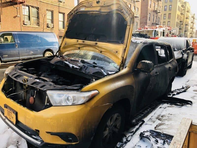 Пожар в сточном коллекторе уничтожил 2 автомобиля в Бронксе