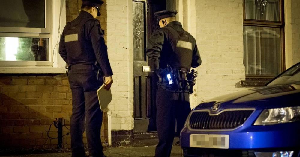 Полиция Белфаста разыскивает участников банды, вломившейся в паб