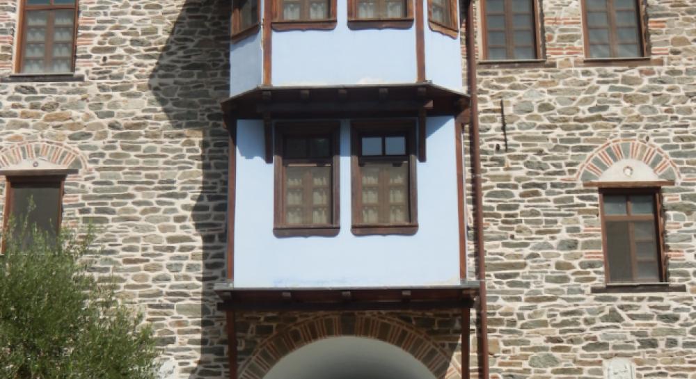 Детали афонских монастырей: стела дохристианских времен в обители Костамонит