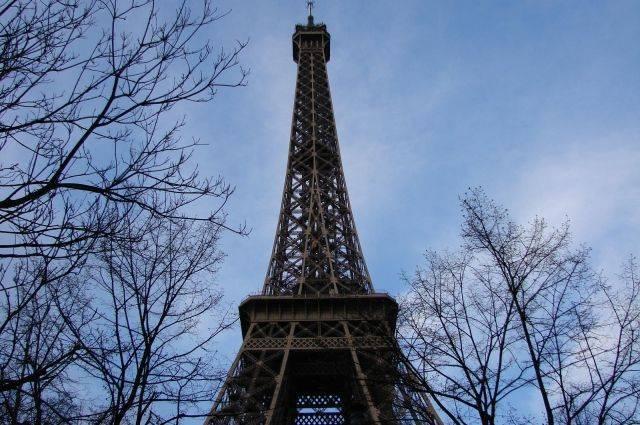 СМИ узнали о возможной перекраске Эйфелевой башни