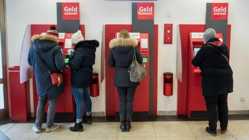 Все больше немецких банков взимают комиссию за снятие денег в банкоматах