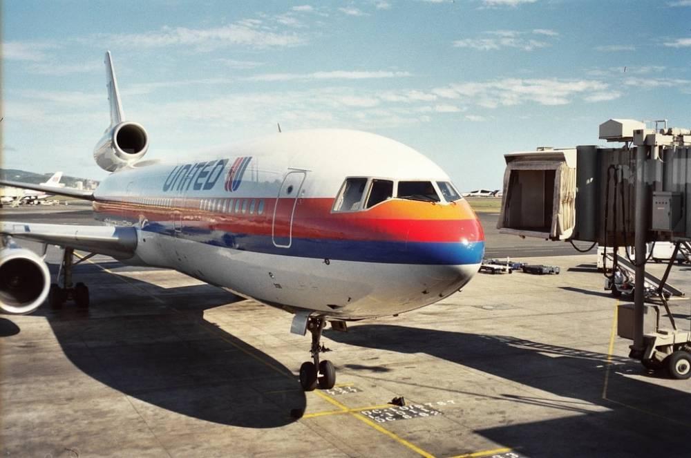Пассажиры рейса United Airlines Ньюарк - Палм-Бич 6 часов провели на военной авиабазе после аварийной посадки