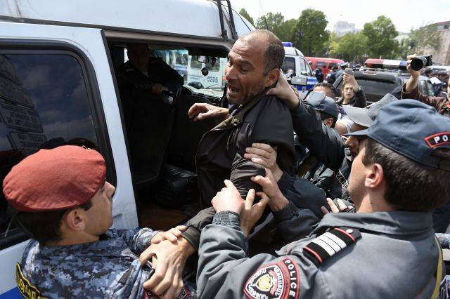 В Ереване семь человек госпитализированы после столкновений с полицией