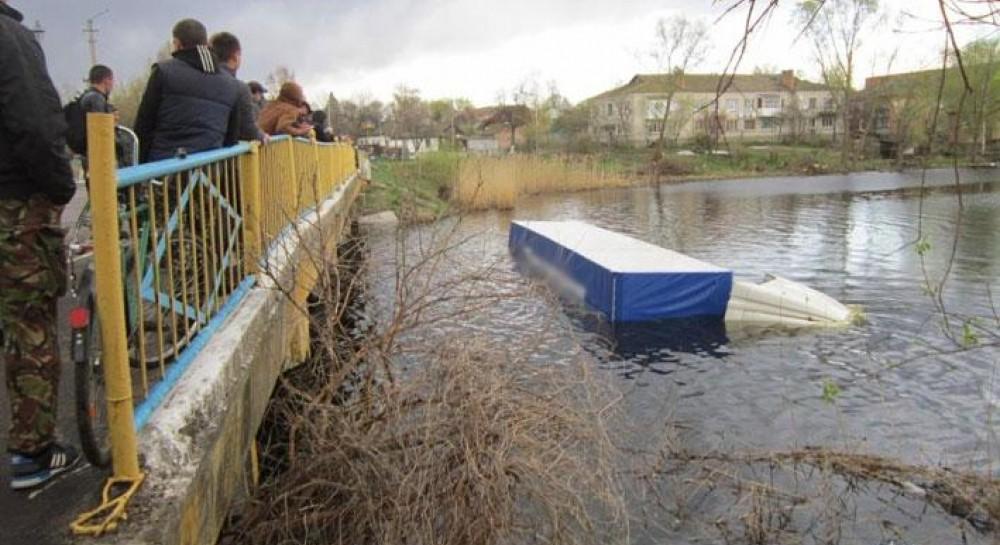 ДТП на Черниговщине: погибли водитель и велосипедистка, фура затонула в реке