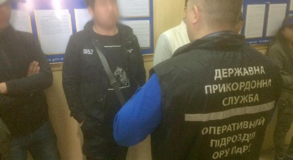 """В Одессе на рынке """"7-й километр"""" задержали 13 нелегалов из Юго-Восточной Азии"""