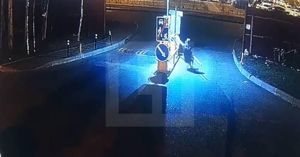 Хотел домой. В Новой Москве молодой человек забыл ключи и выломал два шлагбаума