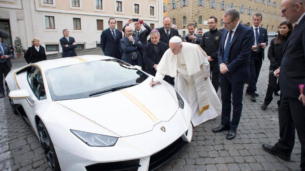 Lamborghini папы Римского ушел с молотка за €715 тысяч