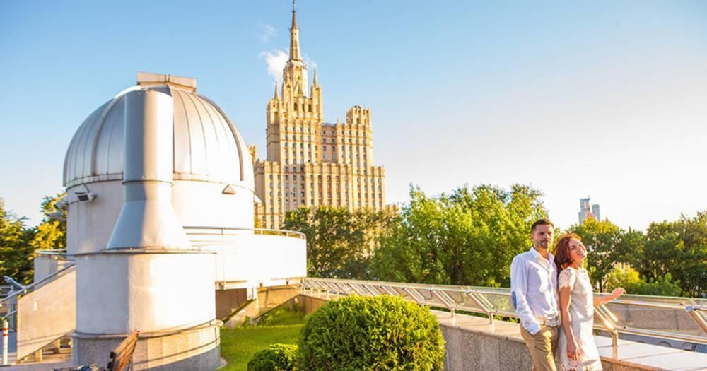 Московский планетарий начал сезон романтических свиданий в Парке Неба