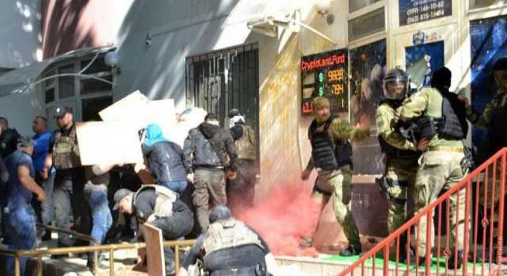В Одессе активисты забросали яйцами офис компании по продаже криптовалют