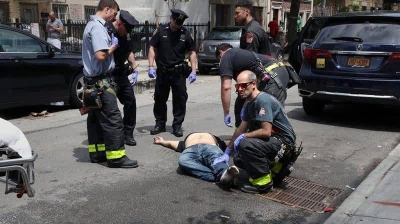 На улицах Нью-Йорка люди падают от передозировки наркотиков — всего 50 случаев