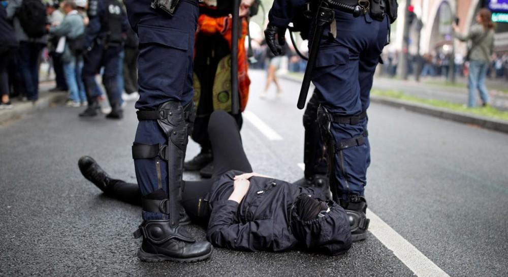 Протесты в Париже переросли в массовые беспорядки: полиция применила водометы и газ, есть задержанные
