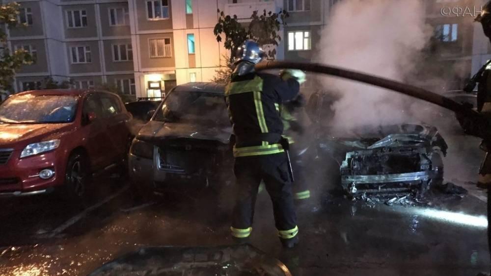 Пожарные потушили автомобили, загоревшиеся на Кременчугской улице в Москве
