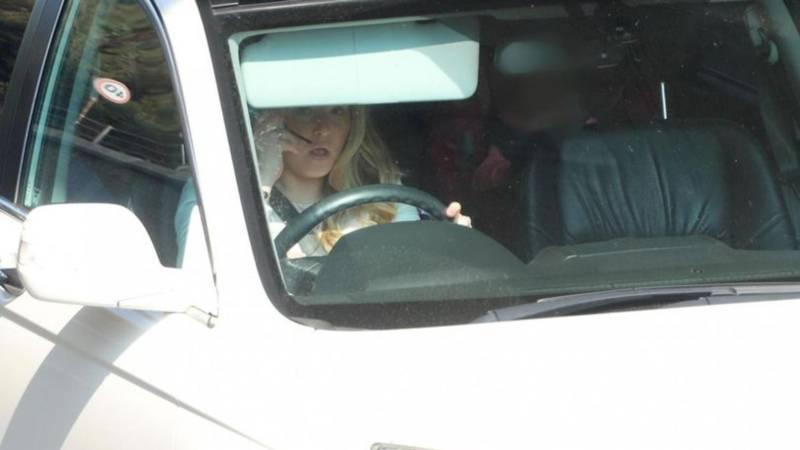 Женщину поймали за нанесением макияжа во время вождения автомобиля по оживленной дороге с ребенком на заднем сиденье