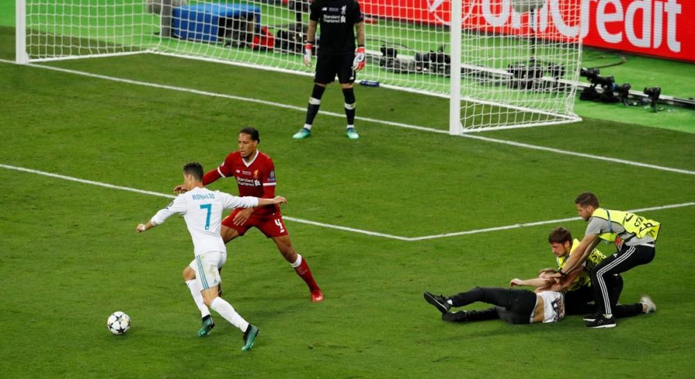 В концовке финала Лиги чемпионов в Киеве на поле выбежал фанат, помешав Роналду забить гол