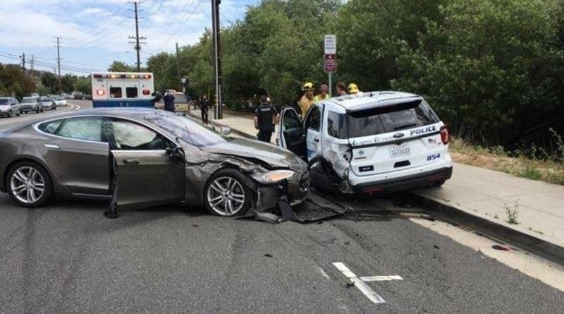 В Калифорнии Tesla на автопилоте врезалась в полицейскую машину (фото)