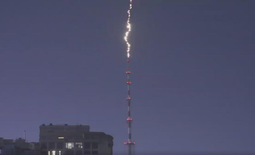 """""""Доктор, разряд!"""": в сети показали впечатляющее видео попадания молнии в киевскую телебашню"""
