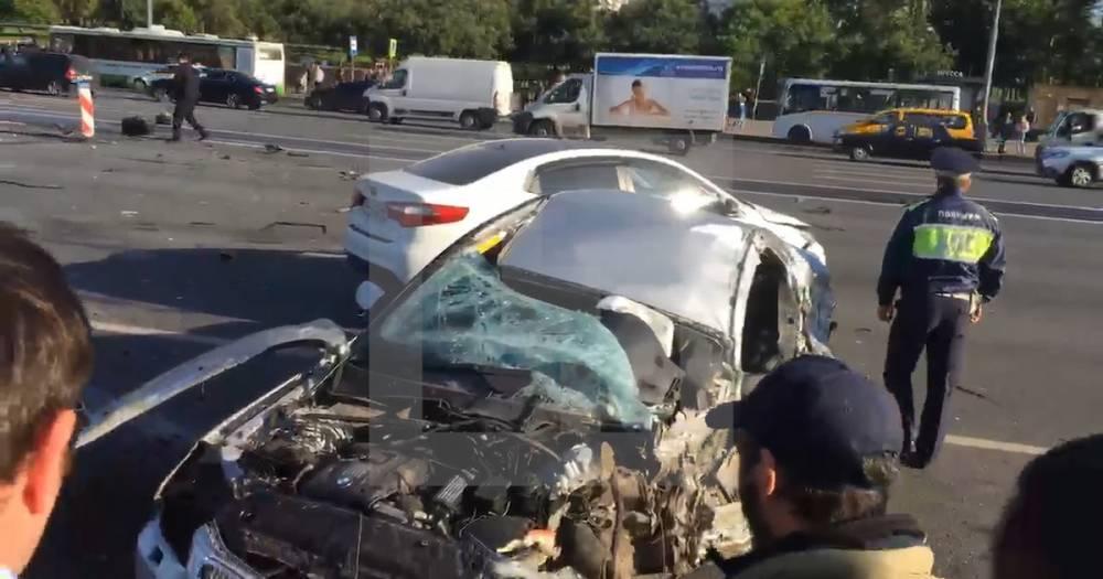 Части авто по всей дороге. В Москве произошло серьёзное ДТП