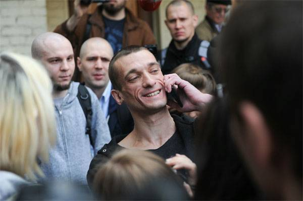 """Павленский начинает борьбу с """"елисейским режимом Макрона""""?.."""