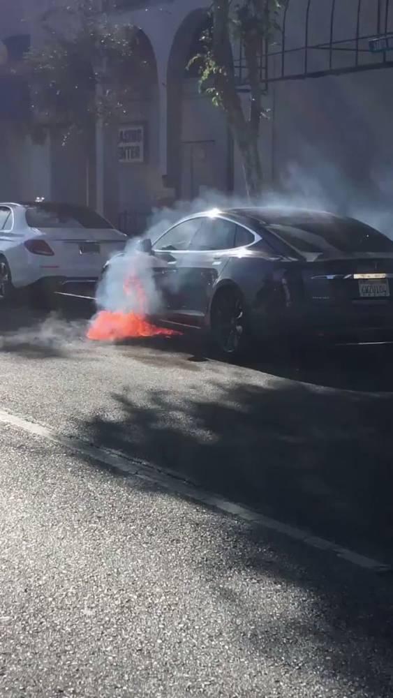 В Калифорнии во время движения загорелся электрокар Tesla