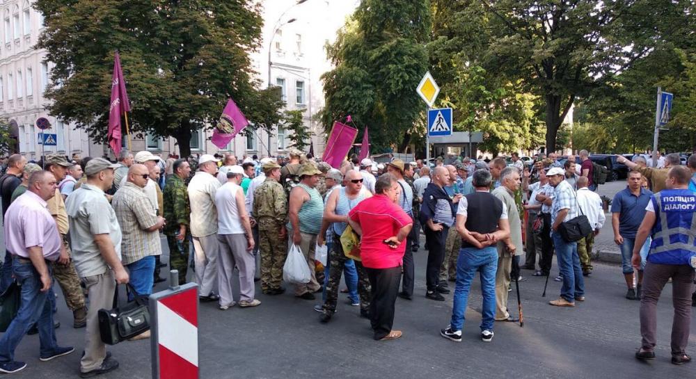 Стычки под Радой: митингующие прорвались к стенам парламента