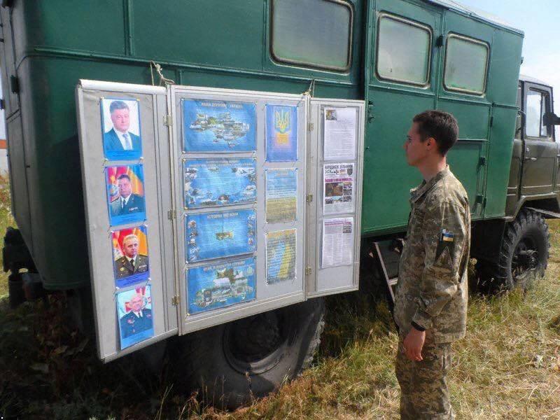 Вместо Ленинской комнаты... Уголок Порошенко выставили на учениях ВСУ