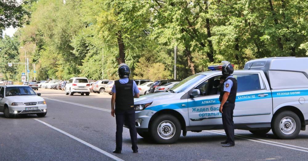 В Казахстане машина врезалась в остановку, есть пострадавшие