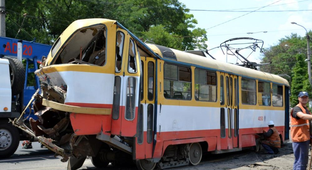 """В Одессе поломанный трамвай """"сорвался"""" с горки, круша все на своем пути"""