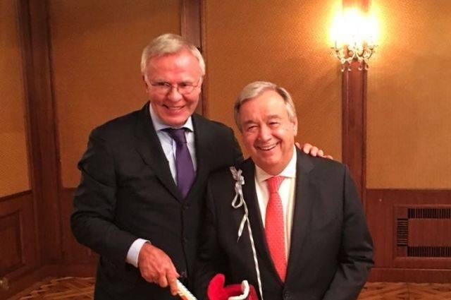 Генеральный секретарь ООН научится играть в хоккей