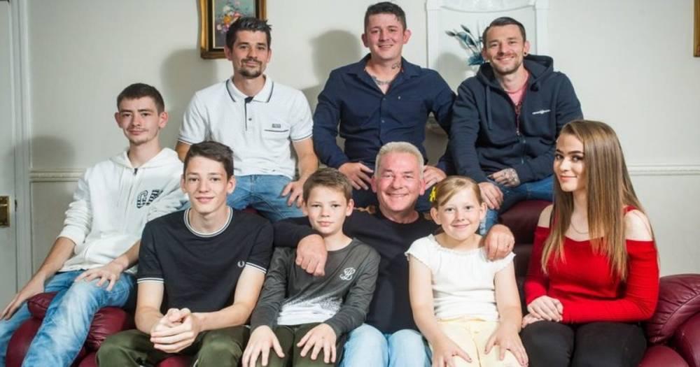 Отец восьми детей рассказал, что воспитывать их ему помогает список правил покойной жены