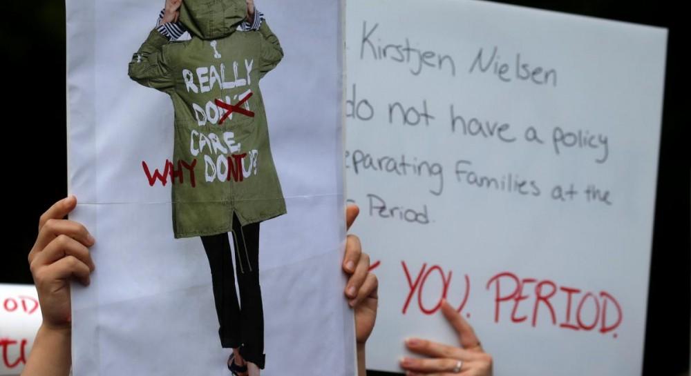 СМИ ищут скрытое послание в вызывающей надписи на куртке Мелании Трамп