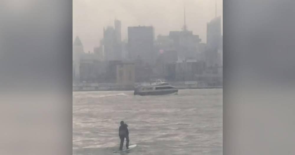 Опаздывавший на встречу американец переплыл Гудзон на доске для сёрфинга