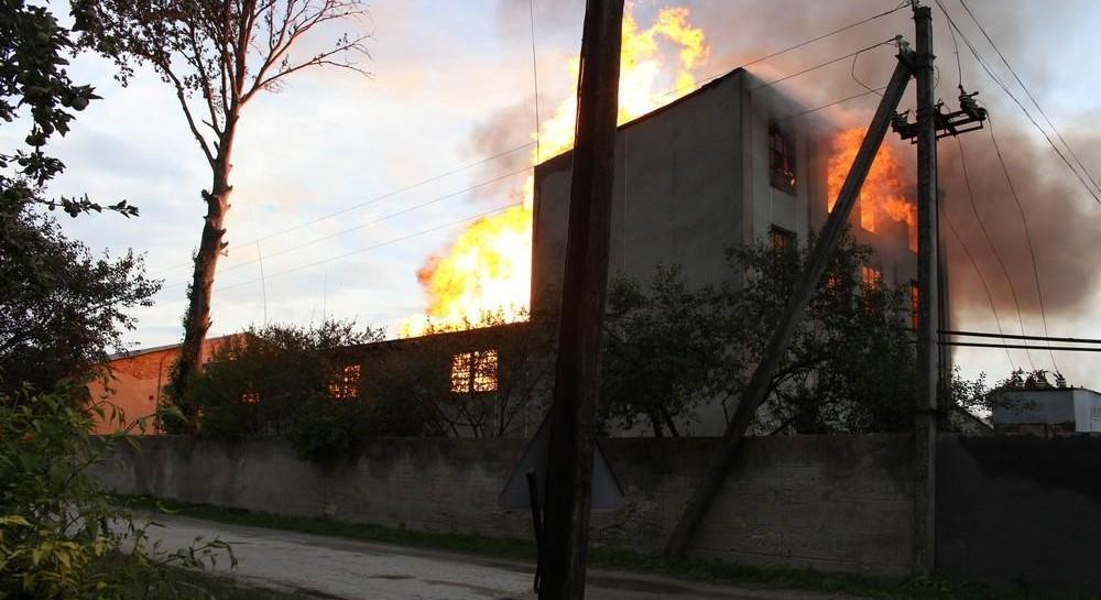Пожар на спиртзаводе в Збараже: спасатели эвакуировали 350 местных жителей