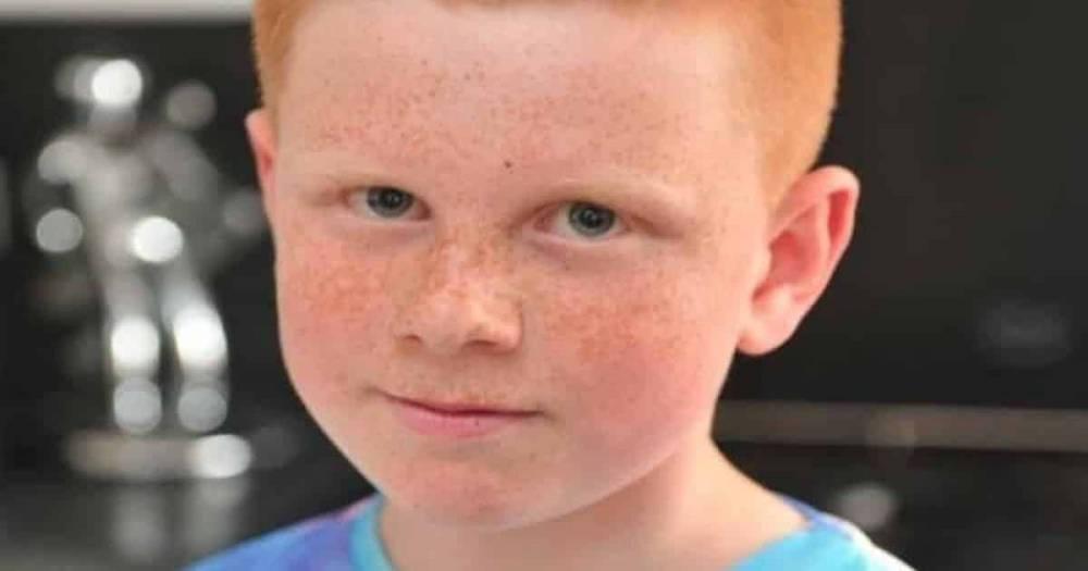 Школа требует постричь двух учеников, но родители не могут справиться с сильными подростками